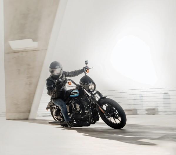 دراجات HARLEY-DAVIDSON الجديدة FORTY-EIGHT SPECIAL وIRON 1200 SPORTSTER تجمع ما بين التصميم الكلاسيكيّ والأداء العصريّ.  مقود عالٍ، رسومات رائعة، وأسلوب الدراجة المعدّلة في الكاراج