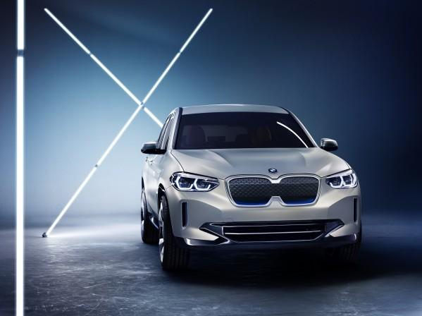 سيارة BMW Concept iX3 التجريبية  قلب BMW بات ينبض بالطاقة الكهربائية.