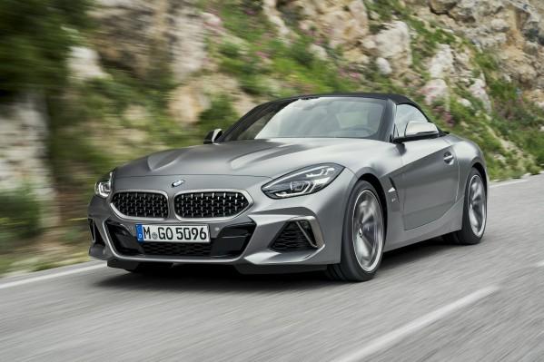 سيارة BMW Z4 الجديدة- سيارة رياضية مكشوفة فاخرة تتميز بسقف قماشي كلاسيكي وتصميم هيكل ملفت ومقصورة داخلية استثنائية تركّز على السائق