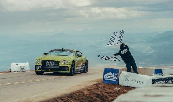 Bentley Continental GT تكسر الرقم القياسي الخاص بسيارة الإنتاج العام في سباق تسلّق قمّة بايكس بيك الشهير
