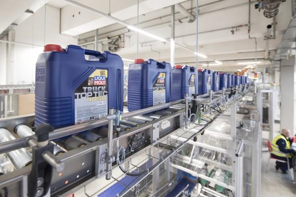 """مسعفون خفيون، ولكنهم على درجة كبيرة من الأهمية في خضم أزمة كورونا""""  يقول إرنست بروست من شركة ليكوي مولي (LIQUI MOLY)، إن زيوت المحرك والمواد المضافة مهمة بالنسبة للنظام."""