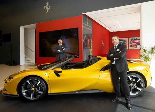 """شركة """"بريمير موتورز"""" تستعرض صالة عرض جديدة لـ """"فيراري"""" في أبوظبي تستضيف الصالة عرضاً خاصاً لسيارة """"إس إف 90 سبايدر"""" الخارقة"""
