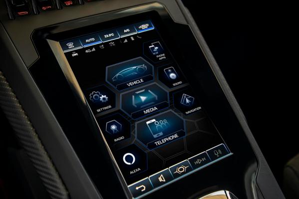 'أوتوموبيلي لامبورغيني' الأولى التي تعتمد التحكّم الشامل داخل السيارة بواسطة 'أمازون أليكسا'