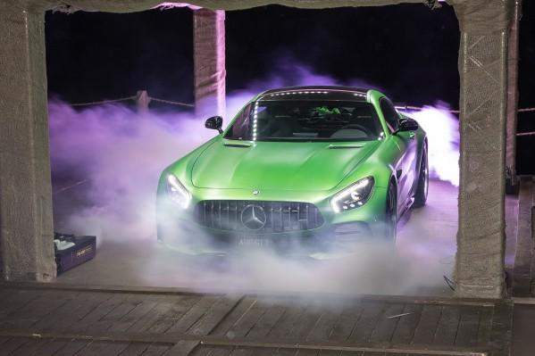 سيارة GT R من مرسيدس-AMG تشعل الأجواء في أبوظبي