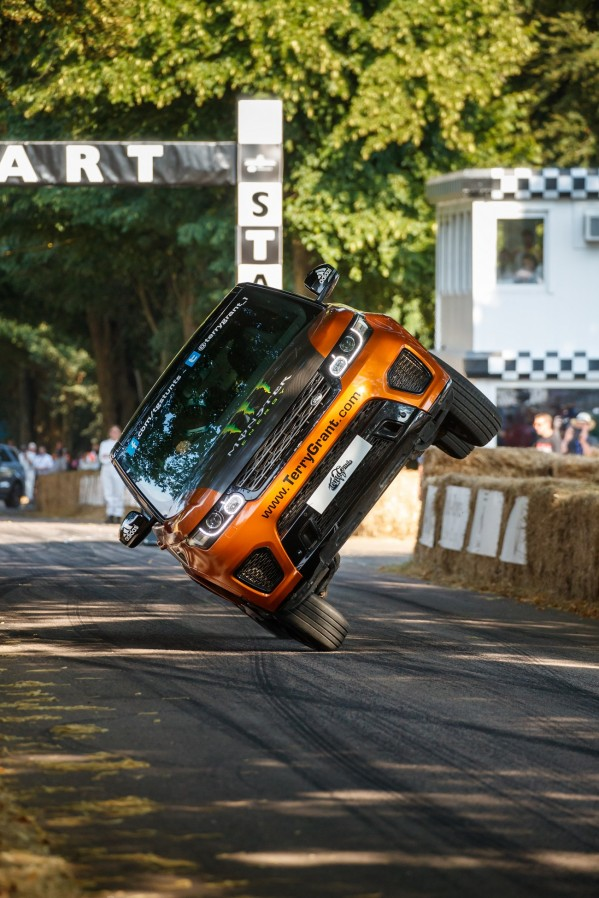 """خلال """"مهرجان جودوود للسرعة""""  """"لاند روڤر"""" وتيري جرانت يحطِّمان الرقم القياسي العالمي لأسرع ميل تقطعه سيارة على عجلتين"""